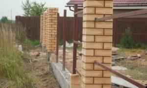 Как сделать фундамент под забор с кирпичными столбами