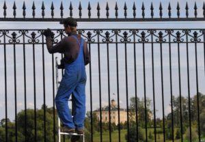 Чем лучше всего красить металлический забор